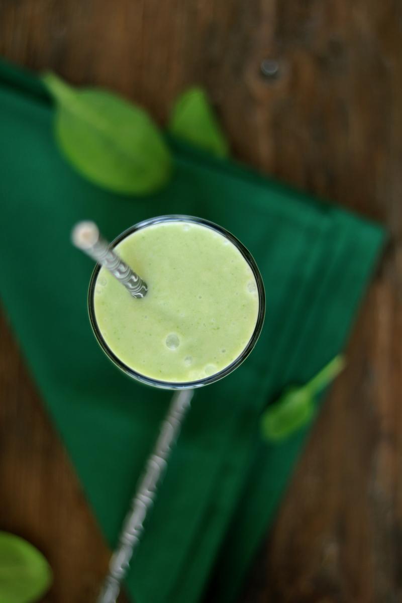 Зеленый смузи со шпинатом, рецепт смузи, здоровое питание, летние напитки