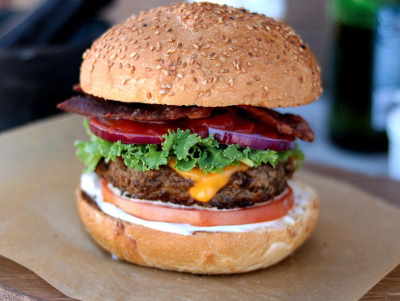 Классический гамбургер с беконом