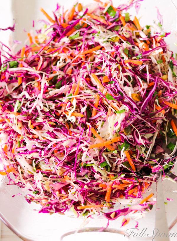 Салат из капусты с жареными семенами