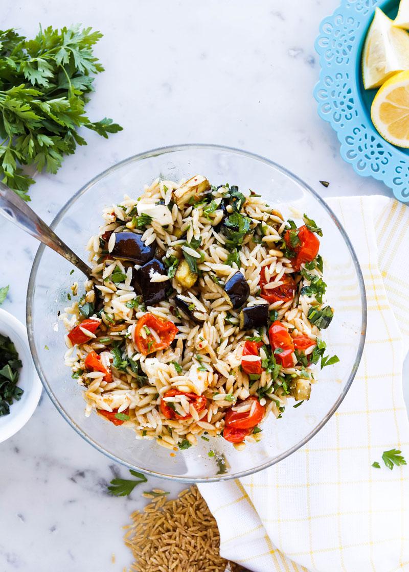 Салат с пастой орзо и запеченными овощами