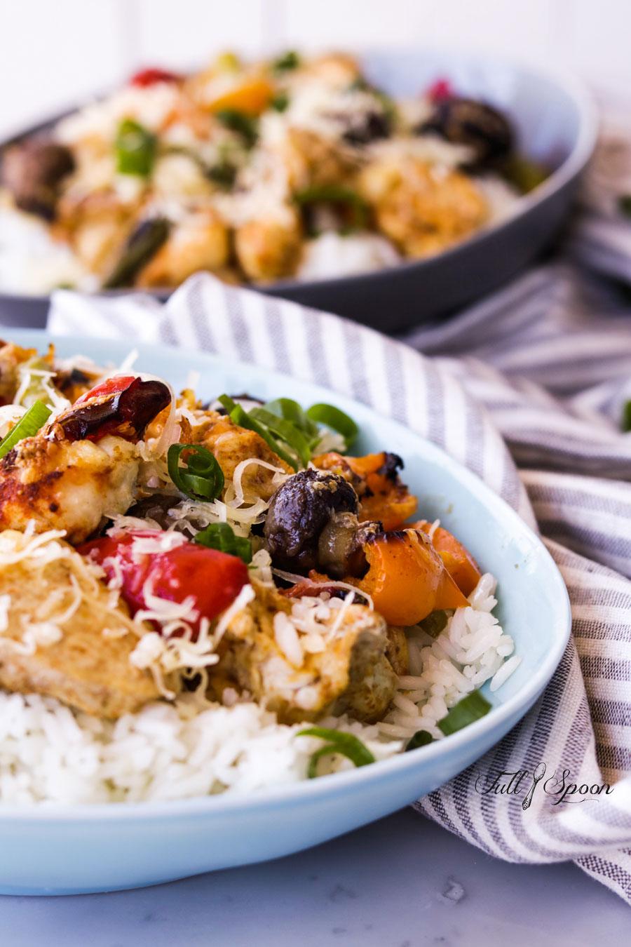 Запеченные куриные грудки с овощами