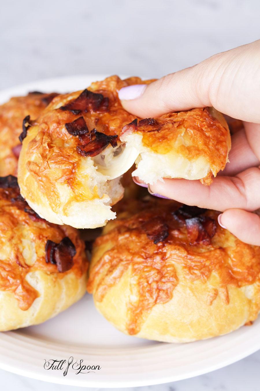 Двойные булочки с сыром и беконом