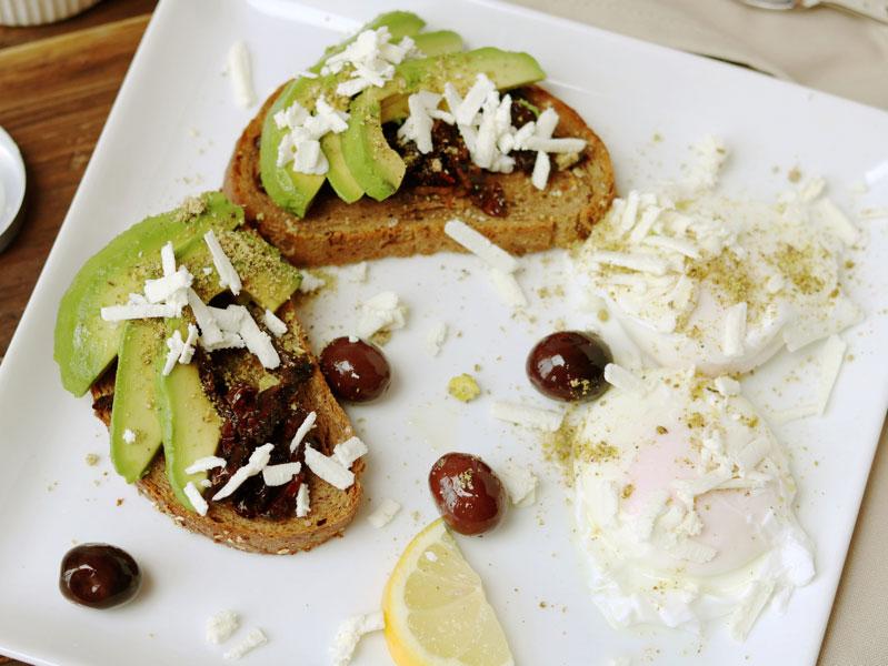 Тосты с авокадо и приправой Дукка