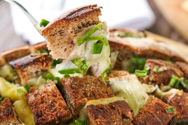 Сырный хлеб, запеченный хлеб с сыром и чесноком