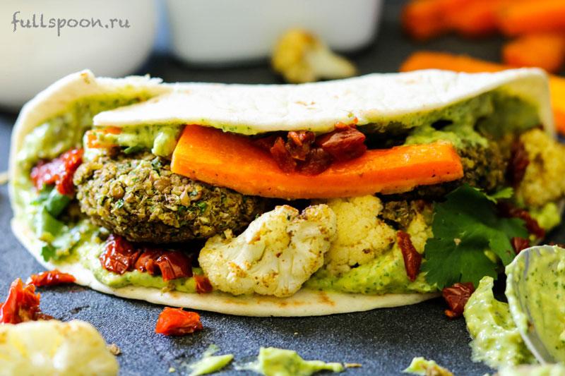 Фалафель с пряными овощами в тортилье