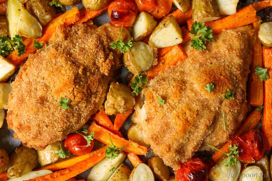 Запеченные куриные грудки в панировочных сухарях с овощами
