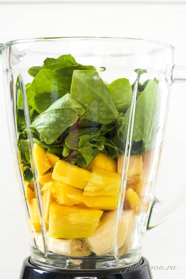 Зеленый смузи со шпинатом и манго