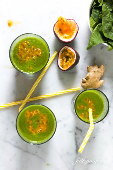 Зеленый смузи со шпинатом и маракуйя