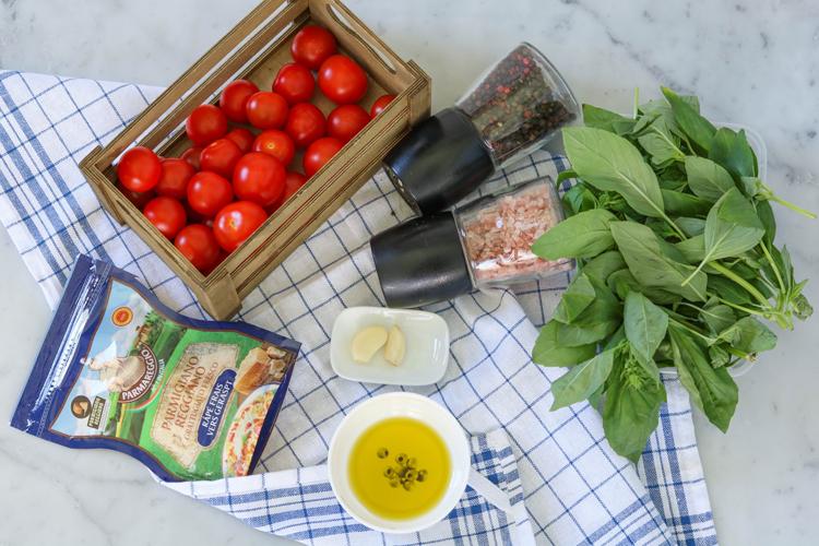 Запеченные яйца с томатами черри и базиликом