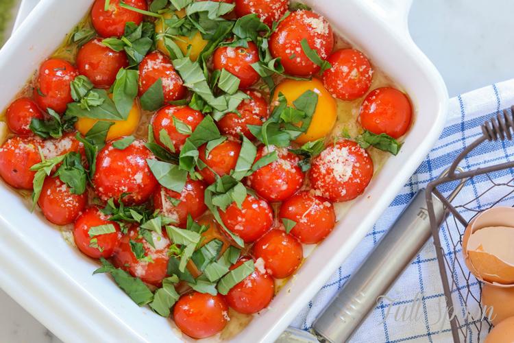 Запеченные яйца с томатами черри