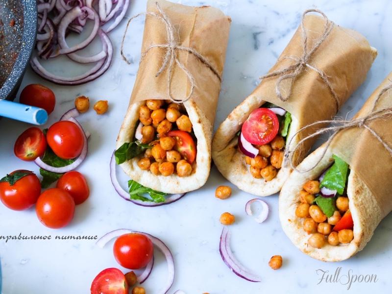 Пряный нут с овощами в пите