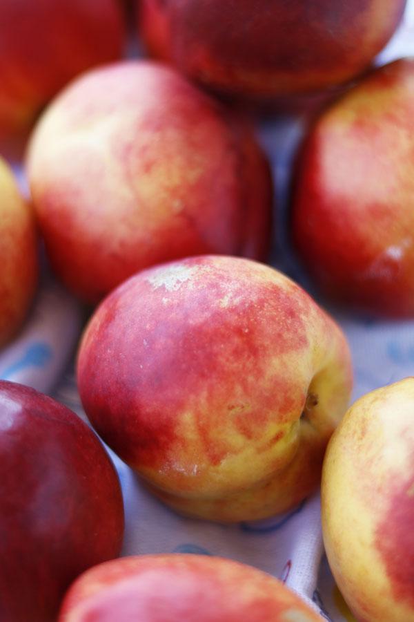 Запеченные персики с гранолой