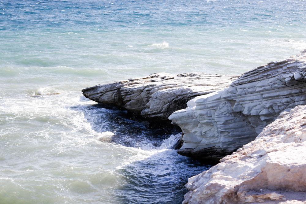 также пляж белые скалы абхазия фото его приятель